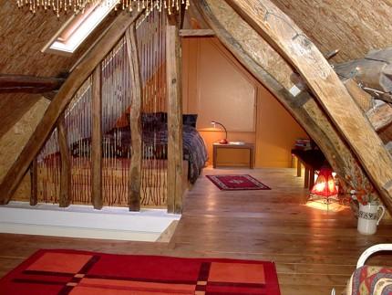 De zolder heeft een romantische slaapruimte voor één persoon. Op het ...